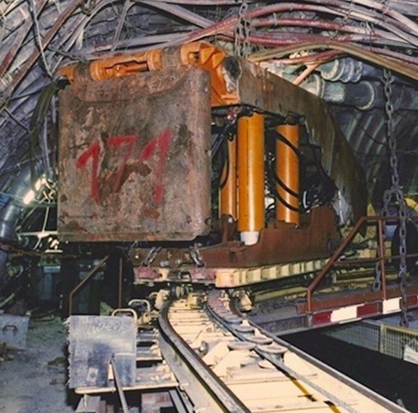 Schienenflurbahn seilgetrieben Schwerlasttansportwagen mit Schildausbaueinheit in einer Raumkurve